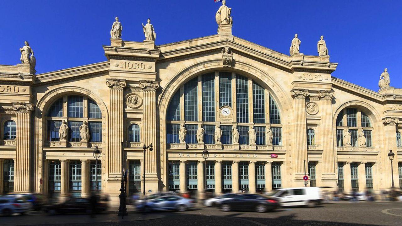 La gare du Nord, qui voit passer 700.000 personnes par jour avec les Transilien et le RER, est insérée dans un quartier très congestionné.