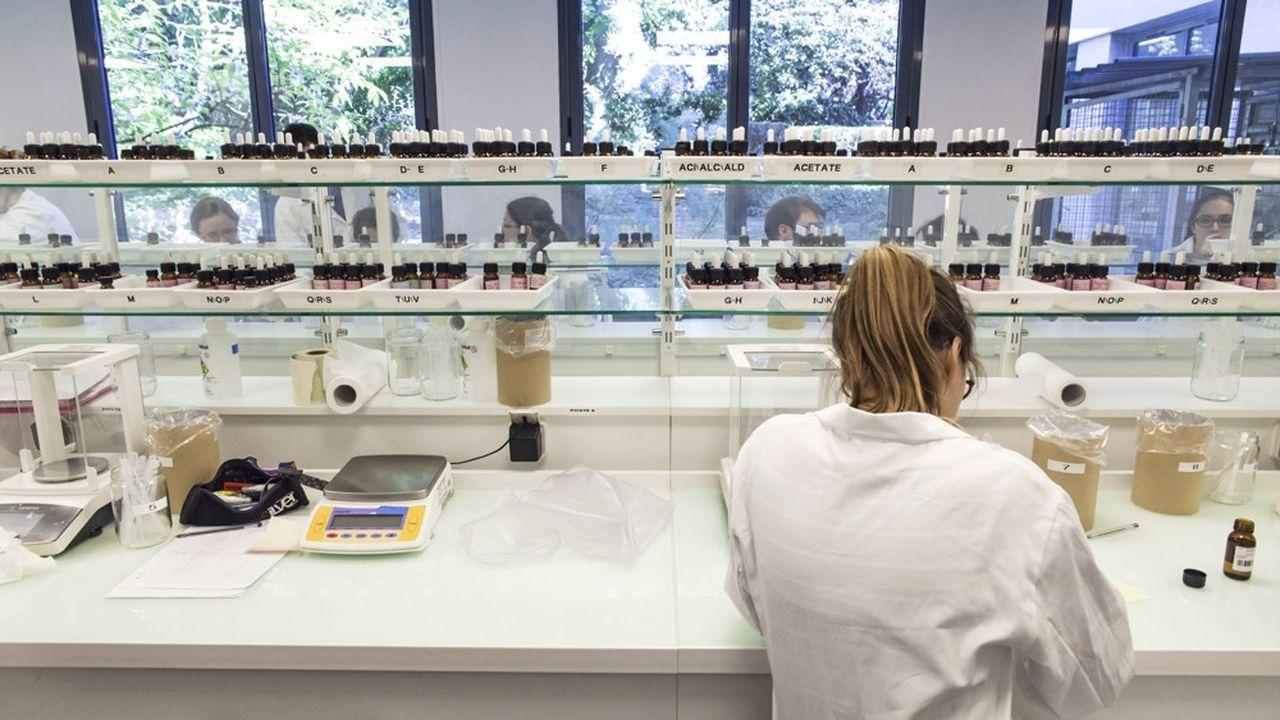 Les nez s'inquiètent du risque de standardisation que la technologie de l'IA pourrait provoquer dans la production des maisons de parfum.