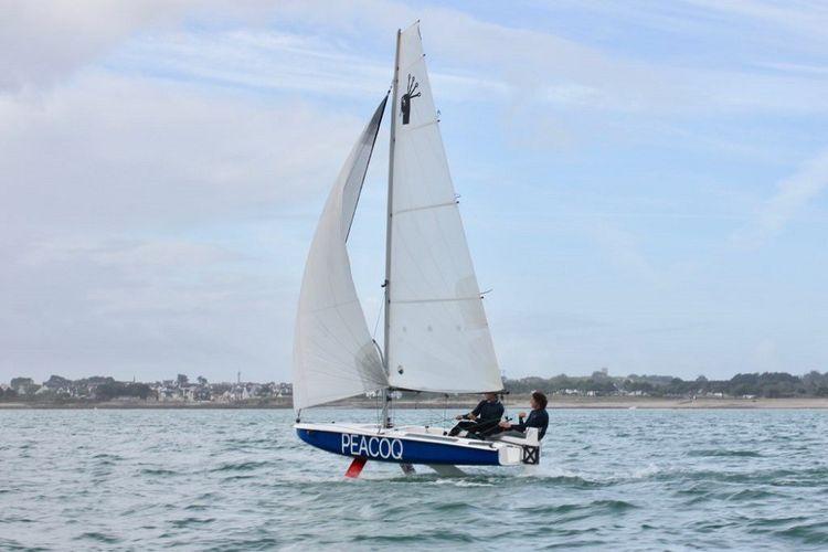 Le Peacoq14 est un bateau d'apprentissage à la navigation avec foils.