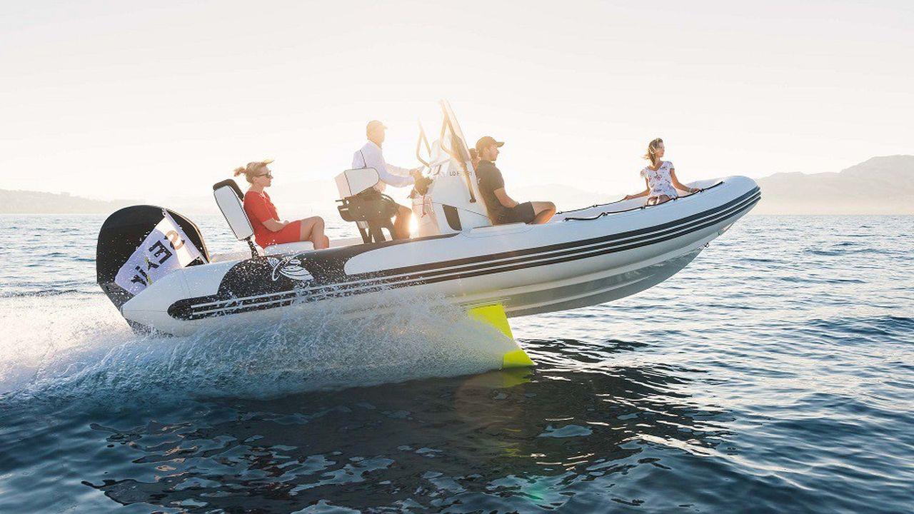 La start-up de Lorient SEAir, spécialiste des foils, développe des voiliers mais aussi des canots volants.