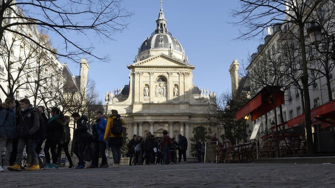A Paris, les sites Sorbonne, Michelet, Clignancourt et Malesherbes ont reporté les examens en raison de difficultés d'accès suite à des blocages.