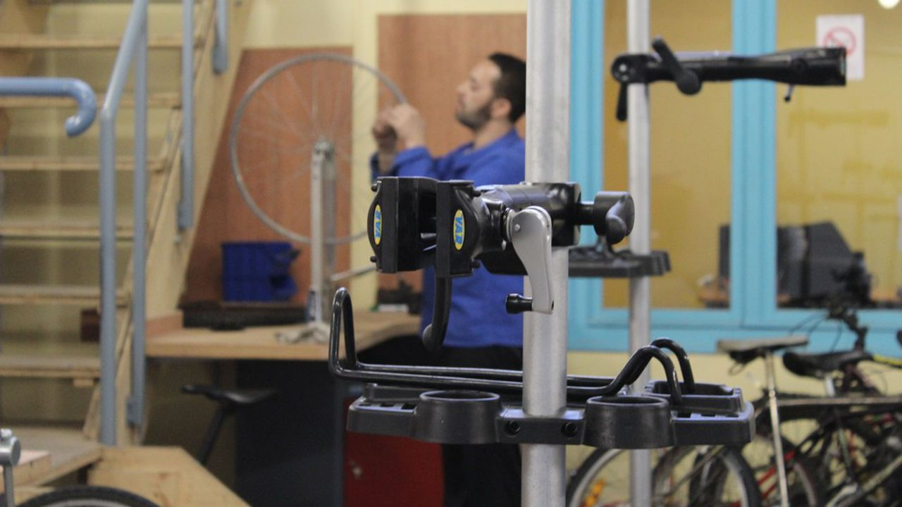Le Foyer Notre-Dame des Sans-Abris (FNDSA) anime depuis 2016 un atelier de réparation de vélos: 80 personnes en réinsertion professionnelle ont ainsi remis en service 1.060 engins.