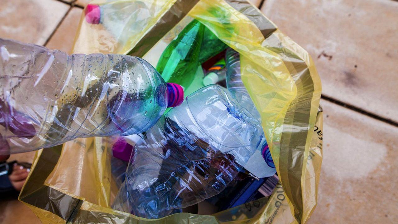 L'Ademe publiera chaque année en juin la mesure du taux de collecte des collectivités locales, pour juger de la capacité du dispositif existant à atteindre, sans recours à la consigne, les objectifs européens de 77% des bouteilles en plastique collectées en 2025 puis de 90% en 2029.