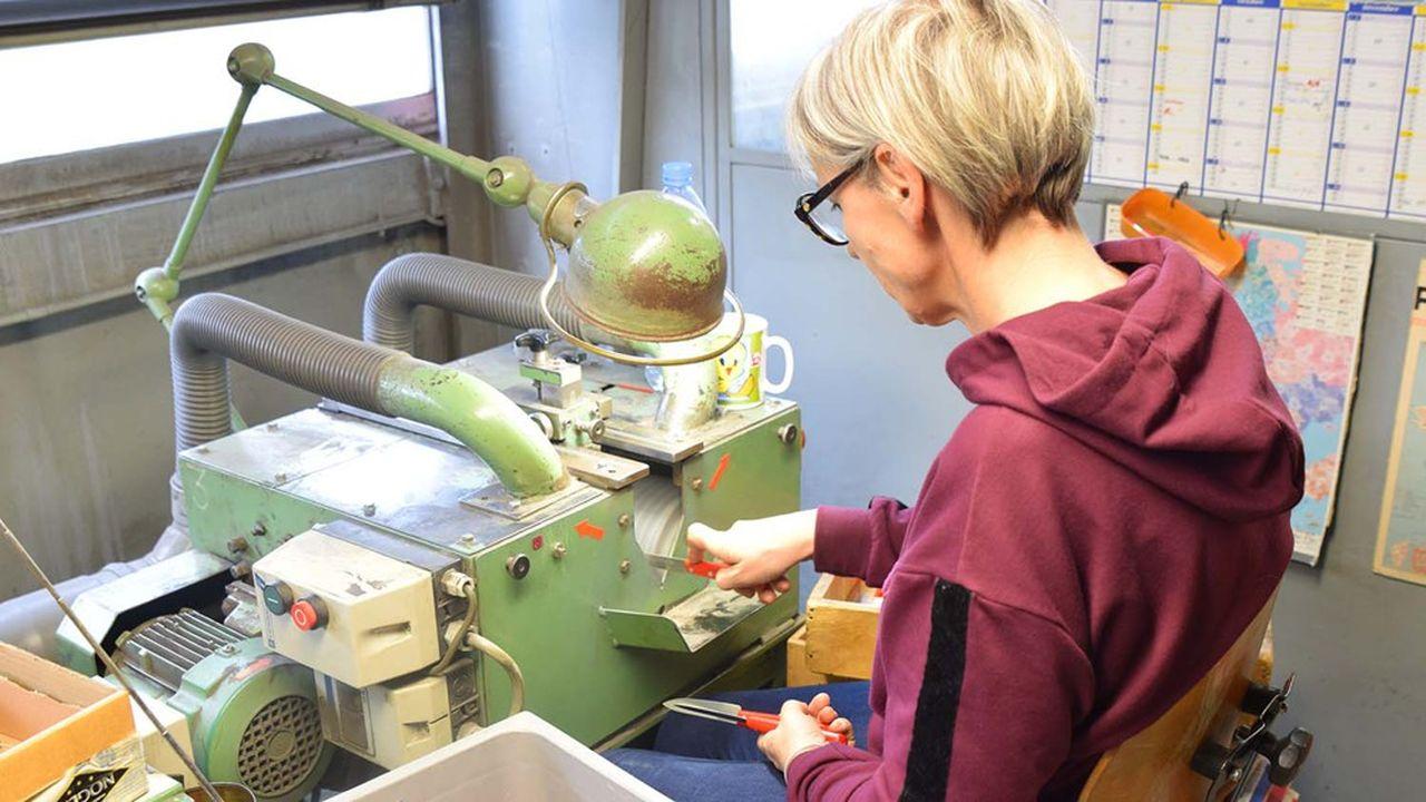 Les 30 salariés de Nogent TroisEtoiles réalisent toutes les tâches, ici l'affilage, de la production industrielle de couteaux qui a fait le renom de Nogent.