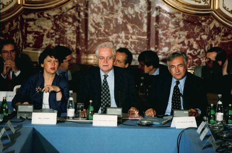 Le 10 octobre 1997, lors d'une grande conférence sociale à Matignon, le Premier ministre Lionel Jospin (Martine Aubry et Dominique Strauss-Kahn, entourés des ministres du Travail et de l'Économie) a annoncé deux lois sur la semaine de 35 heures.