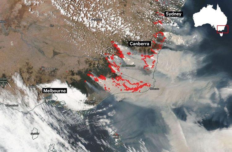 Image satellite du 4janvier montrant les zones touchées par le feu (modélisées en rouge) et la fumée grise dégagée.