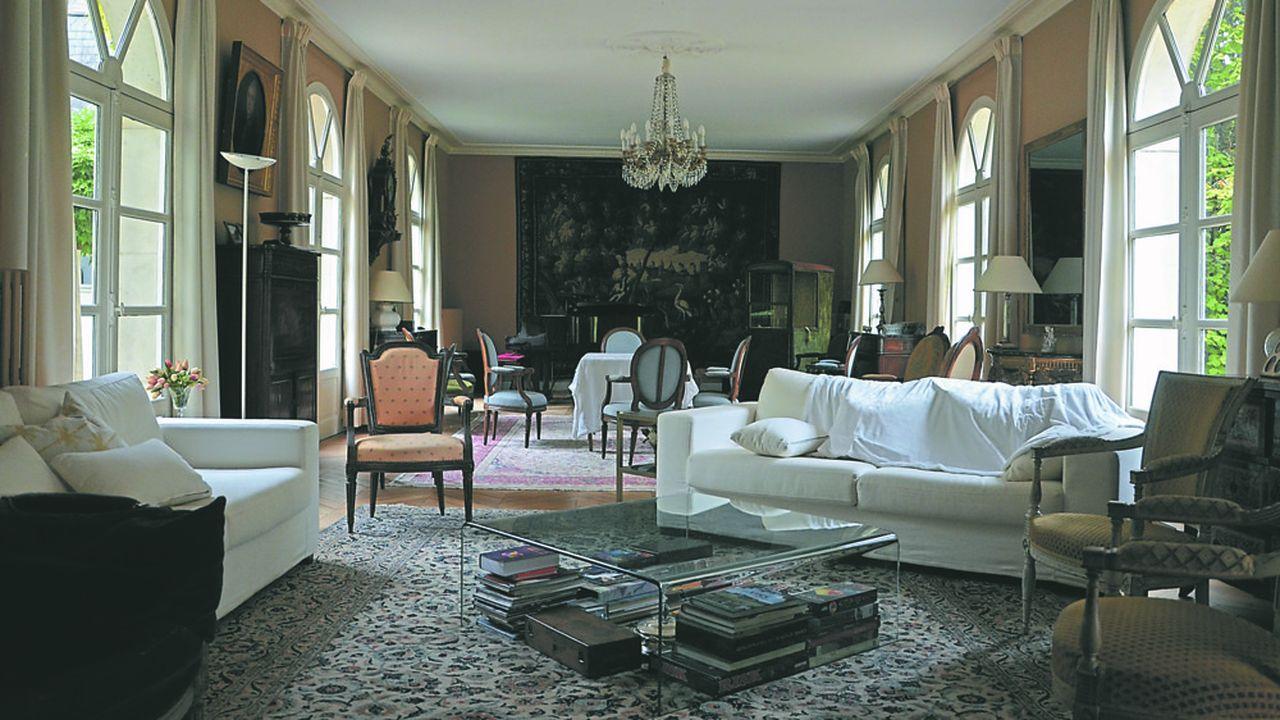 Edifiée en moellon, couvert d'un enduit habillé de vigne vierge, la demeure s'élève sur quatre niveaux dont un sous combles.