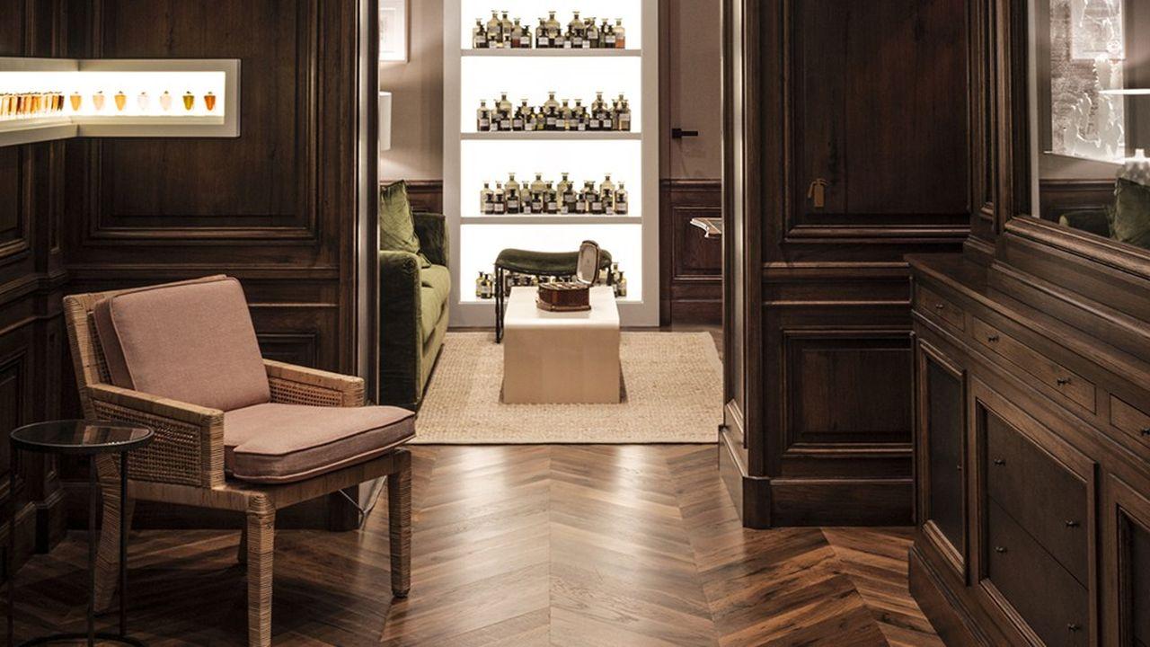 L'agencement de magasins de luxe peut faire appel à des techniques de menuiserie devenues très rares comme celle que maîtrise l'entreprise René Bidet.