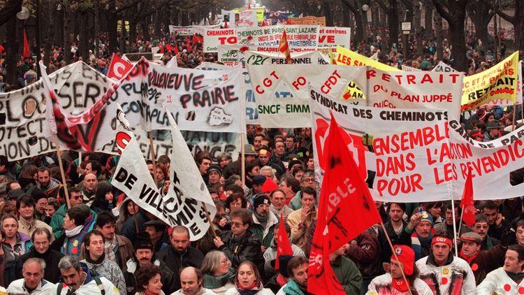 Le 16décembre 1995 à Paris, des milliers de manifestants défilent contre le plan Juppéde réforme du système des retraites.