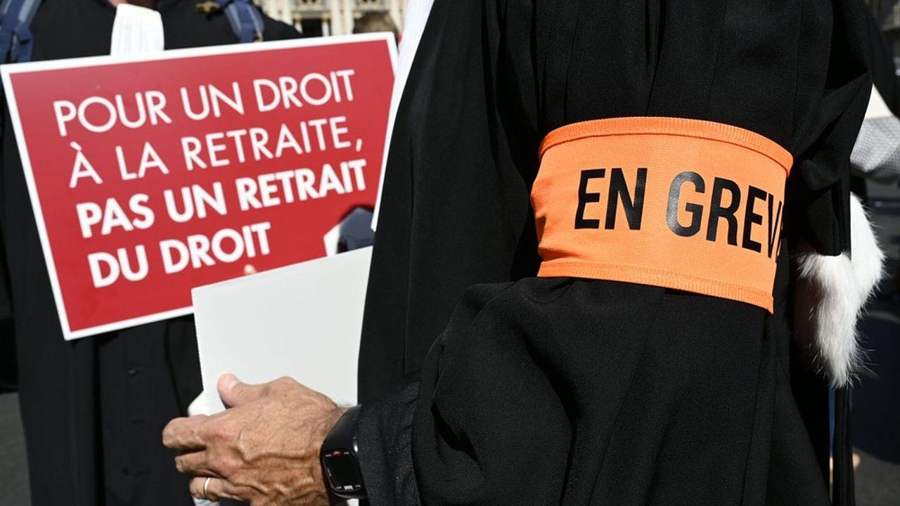 Les avocats font grève contre la mise en place d'un régime universel qui doit se substituer à leur régime de base très redistributif.