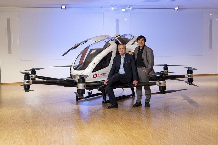 Le patron de Vodafone Deutschland, Hannes Ametsreiter, et le fondateur de Ehang, Hu Huazhi, devant un taxi volant.