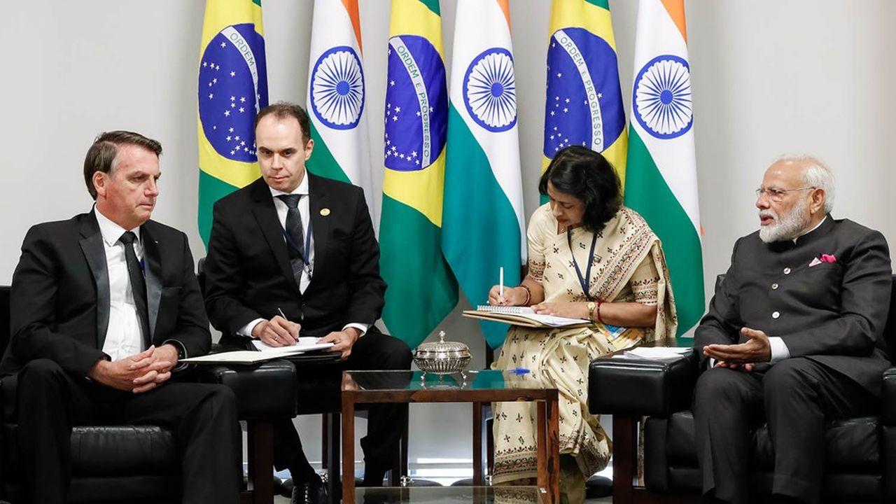 Le président brésilien Jair Bolsonaro (à gauche) avec le Premier ministre indien, Narendra Modi (à droite).