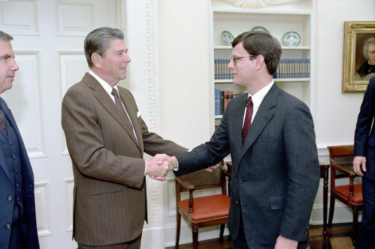 Ronald Reagan et John Roberts dans le Bureau ovale en 1983.