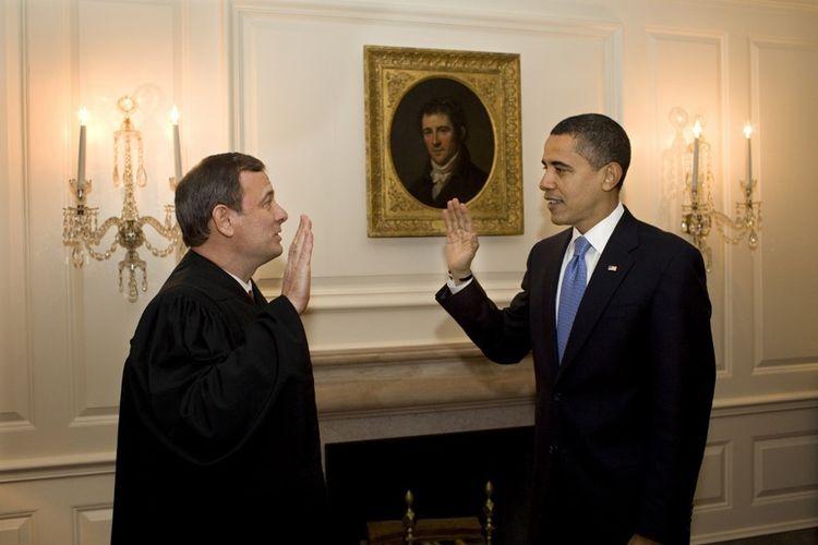 Le juge Roberts et Barack Obama au cours d'une prestation de serment de rattrapage.