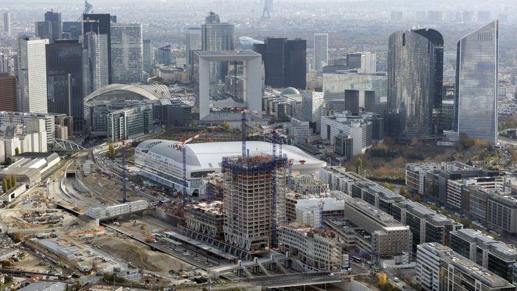 A Nanterre, derrière la Grande Arche de la Défense et la Paris La Défense Arena, Vinci construit son futur siège qui culminera à 105 mètres et comprend, au rez-de-chaussée d'un des cinq bâtiments de cet «Archipel», l'entrée de la future station de RER E (Eole) de Nanterre-La Folie.