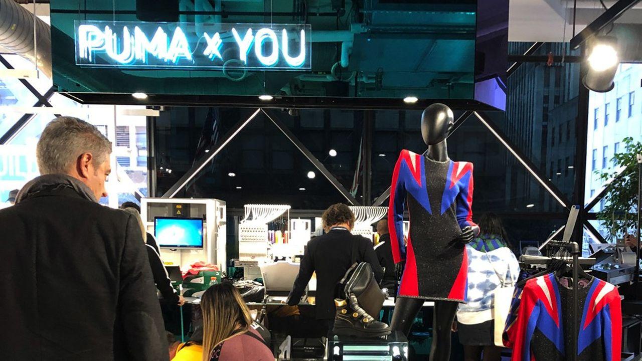 Le nouveau flagship de Puma sur la 5e Avenue à New York, outre la mise en scène spectaculaire de l'offre de l'équipementier, est aussi un lieu de vie, avec un bar, et de convivialité, en proposant la possibilité de personnaliser le produit avec un atelier de couture dans le magasin.