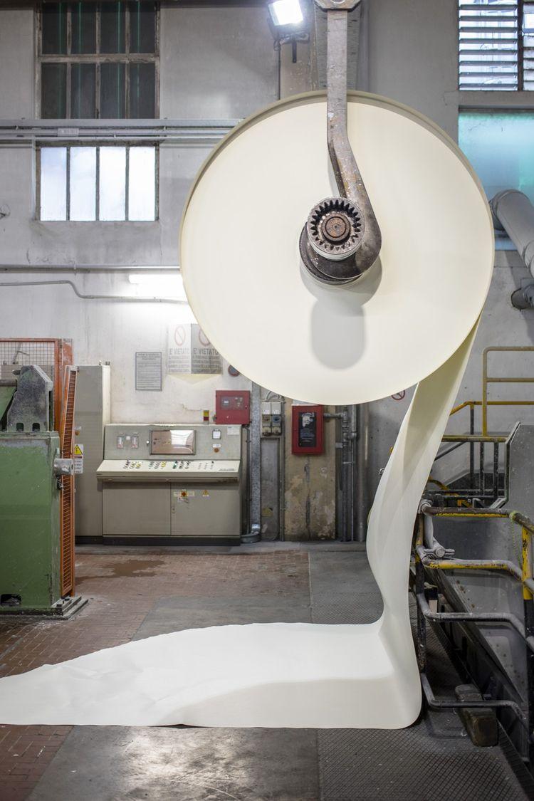 Une bobine de papier tout juste sortie d'une machine.