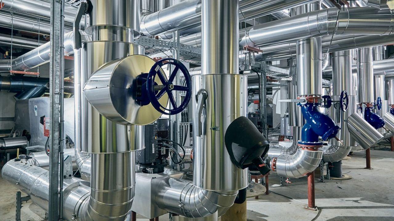 Dans la thalassothermie, l'eau de mer, captée entre 12 et 25 °C, vient, selon la saison, réchauffer ou refroidir un circuit d'eau douce, via une série d'échangeurs thermiques.