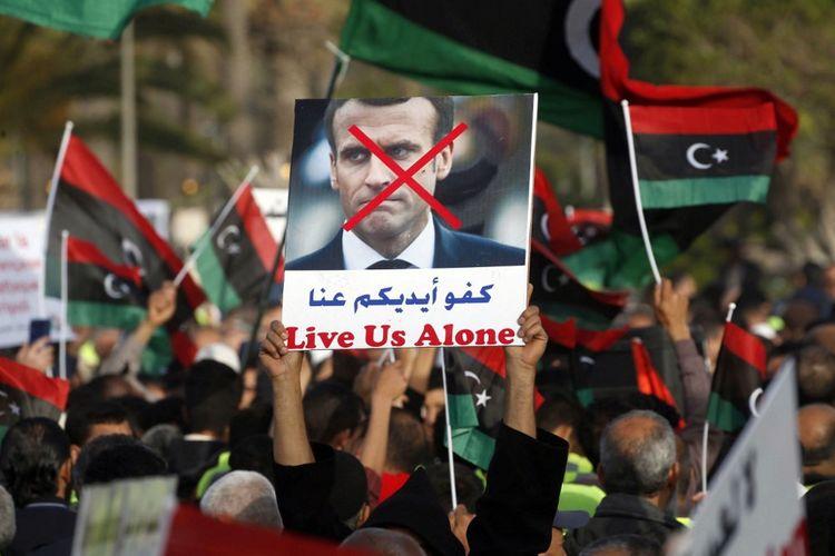 Emmanuel Macron est accusé à Tripoli de soutenir l'offensive du maréchal Khalifa Haftar.