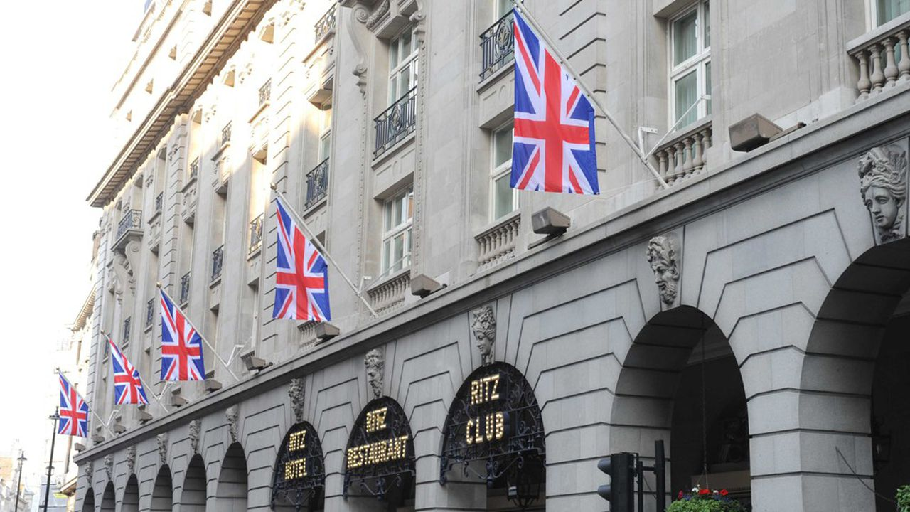 Les deux frères Barclay ont enclenché le processus de vente du palace virant parfois au kitsch il y a plusieurs semaines, espérant 750millions de livres de la vente (880millions d'euros environ).