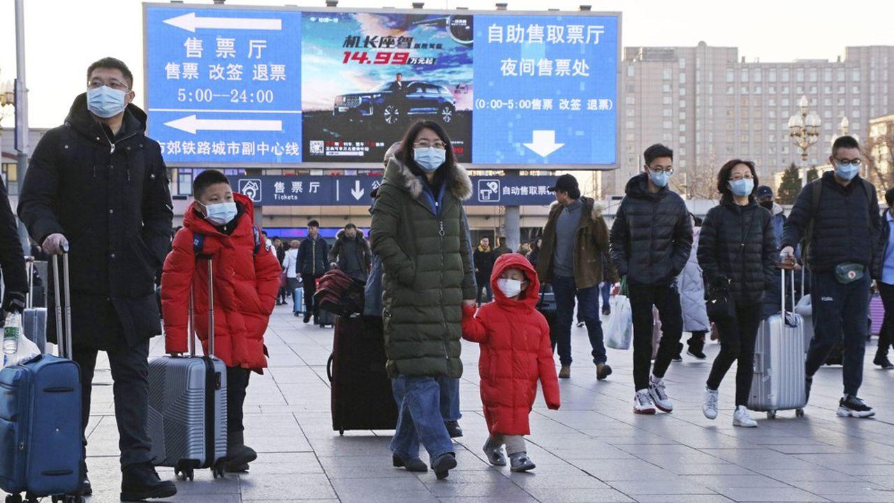 Alors que des dizaines de milliers de personnes s'apprêtent à prendre l'avion pour les fêtes du nouvel an chinois, à Pékin, le port du masque est devenu un réflexe.