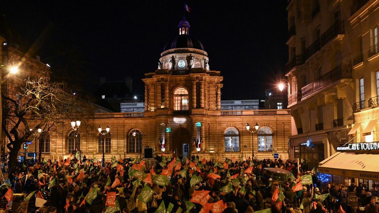 Des manifestants contre l'extension de la PMA étaient rassemblés devant le Sénat lors du vote du texte mercredi soir.