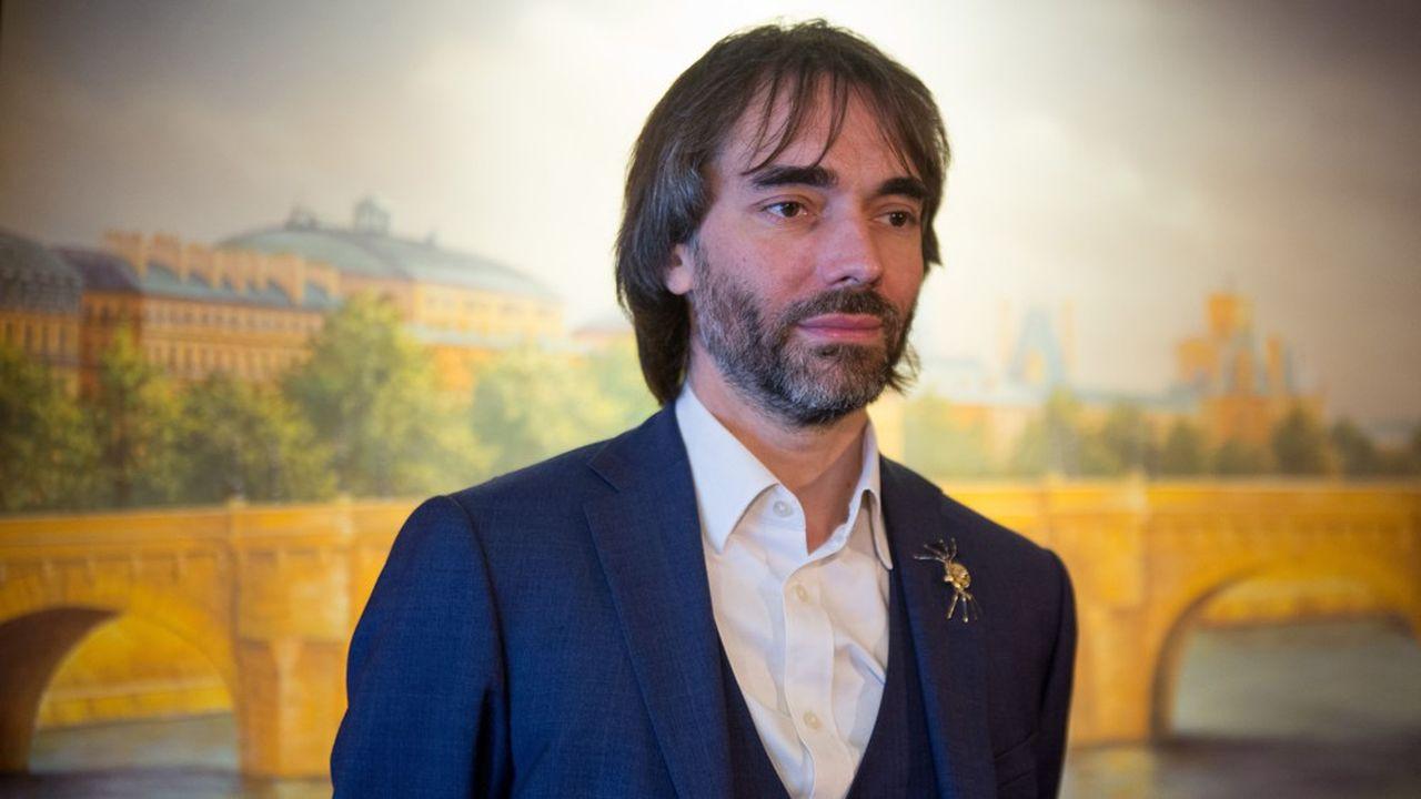 Cédric Villani lors une conférence de presse à Paris dans le cadre de sa candidature à la mairie de Paris.