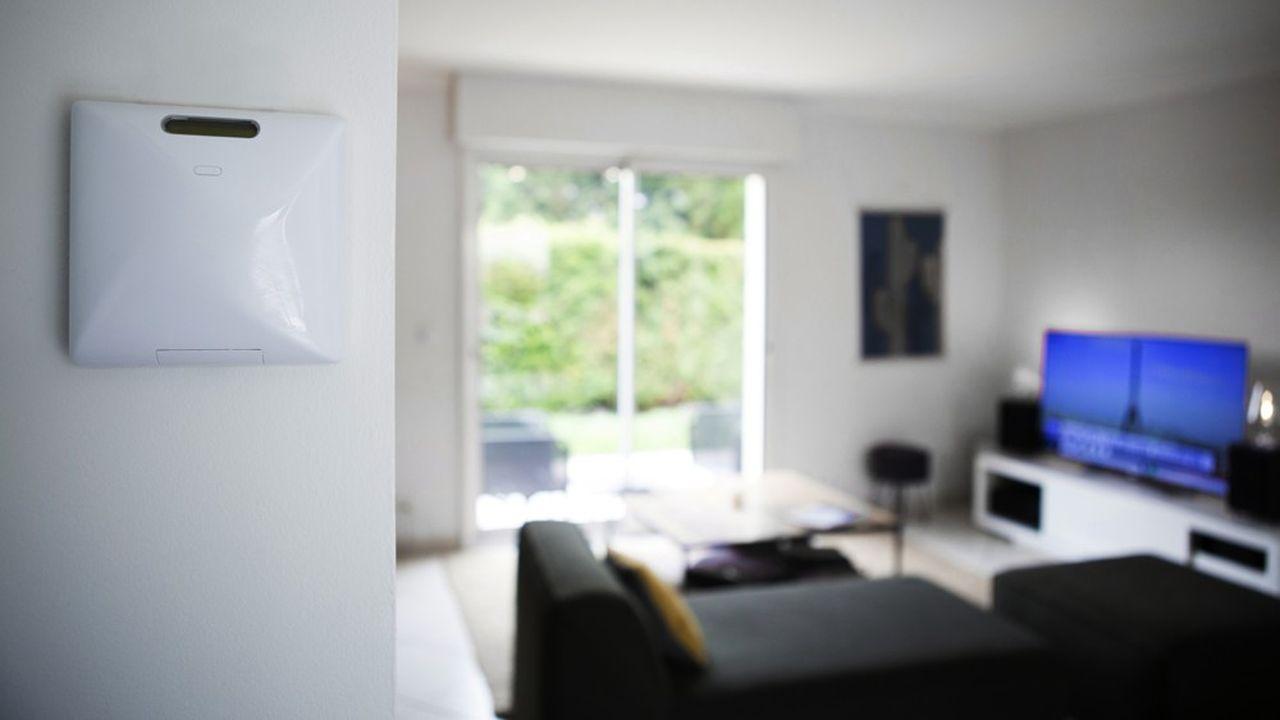Gratuit pour les consommateurs, le boîtier de Voltalis mesure leur consommation en temps réel et peut décider d'arrêter leur chauffage ou leur chauffe-eau pendant quelques minutes.