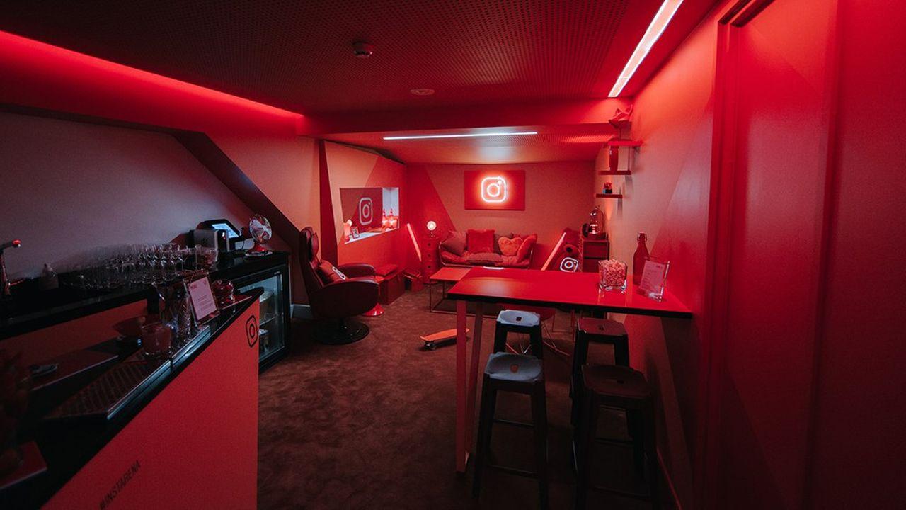Somewhere, un bar en mode «speak easy», donne sur la salle par une porte discrète, peut recevoir 70 personnes dont 30 assis.