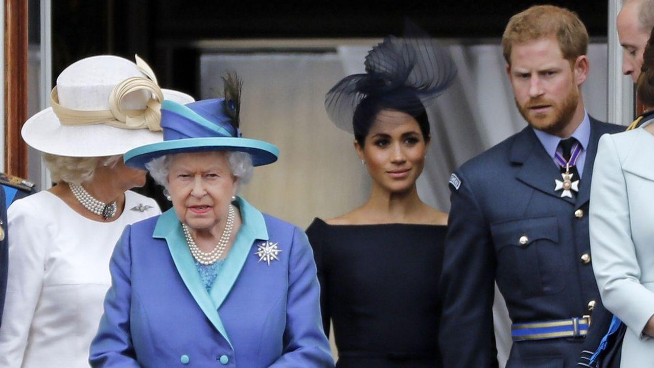 Le 13janvier la reine Elizabeth II a indiqué que le Prince Harry et son épouse Meghan seront autorisés à partager leur temps entre la Grande-Bretagne et le Canada. Sur cette photo prise le 10juillet 2018, au balcon de Buckingham Palace, la reine est entourée du duc et de la duchesse de Sussex, sous le regard de Camilla, la duchesse de Cornouailles.