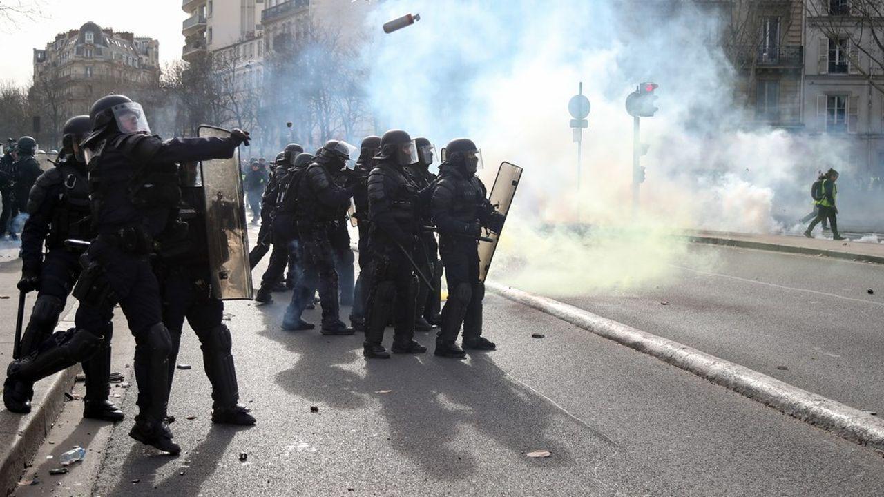 Christophe Castaner annonce le retrait d'une grenade controversée
