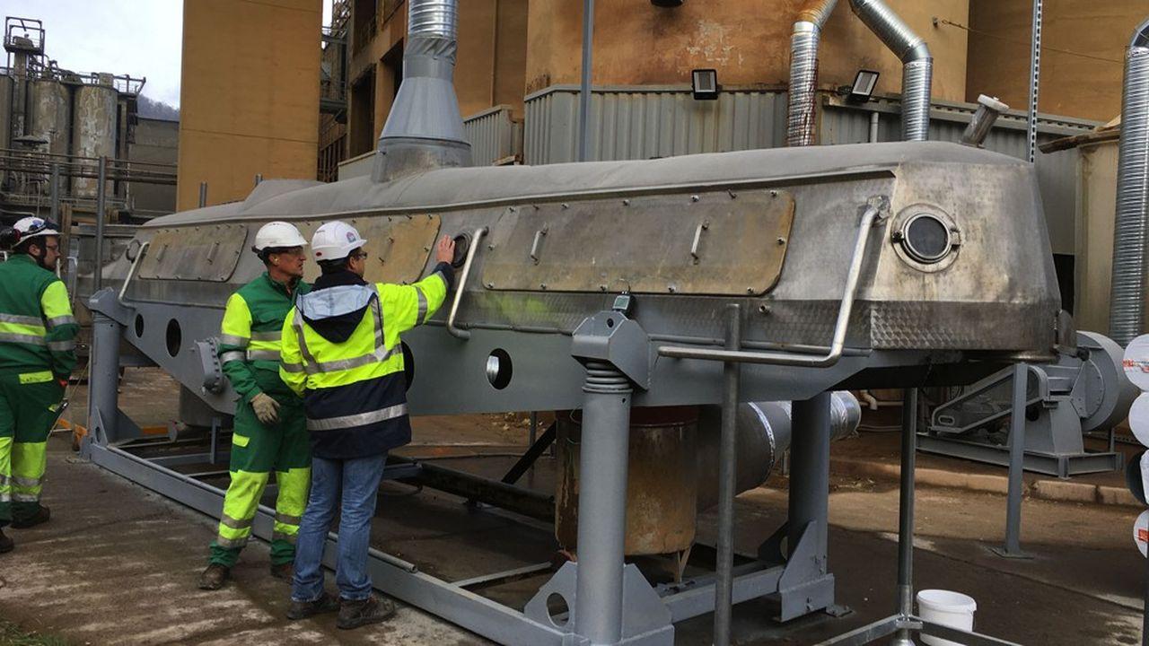Les émissions de la cimenterie LafargeHolcim du Val d'Azergues sont récupérées et injectées dans une installation pilote à 140.000euros qui fait «avaler» le carbone à des granulats de béton recyclé. Le ciment devient ainsi un puits de carbone, compensant en partie les émissions de la cimenterie.