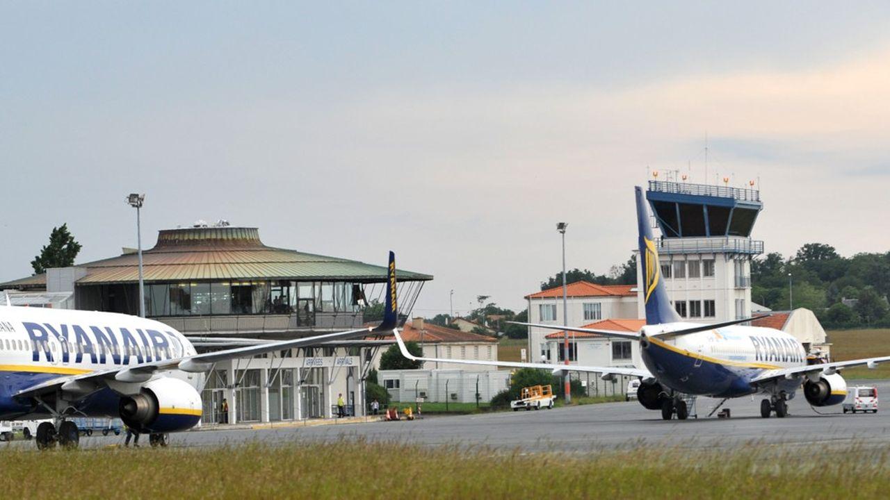 Poitiers dispose d'une liaison Ryanair à l'année vers Londres, et l'Etat a maintenu une obligation de service public sur la ligne LaRochelle-Poitiers-Lyon, délaissée par Air France et reprise par Chalair.