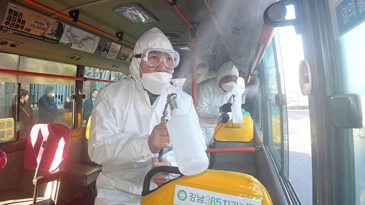 Des agents tentent de désinfecter un bus à l'est de Séoul, en Corée du sud, le 30janvier 2020.