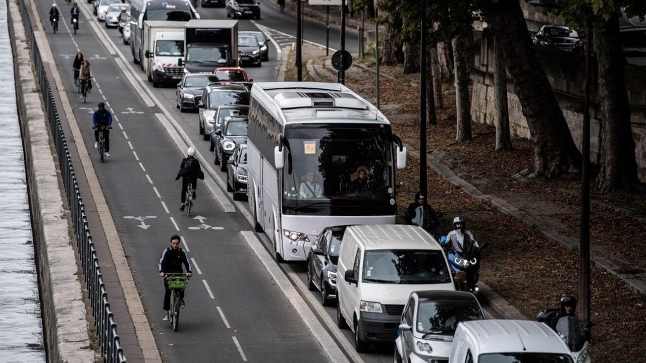 La congestion automobile a entraîné un recours massif aux deux-roues et les Parisiens se sont essayés aux mobilités douces.