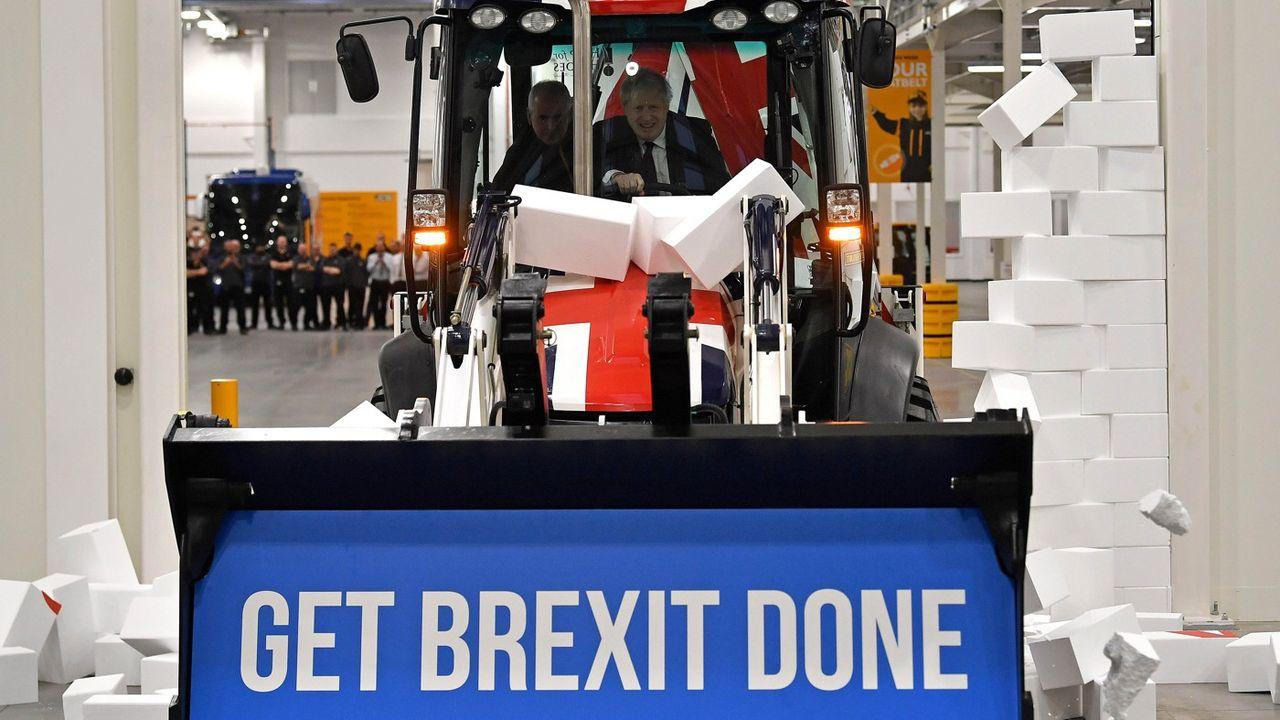 Dans un clip de campagne publié le 10 décembre 2019, Boris Johnson au volant d'un bulldozer démolit un mur, symbolisant l'impasse du Brexit.