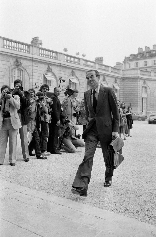 Conseiller technique au cabinet du garde des Sceaux Robert Badinter (ici en juin 1981), Jean-Marc Sauvé participe à la loi sur l'abolition de la peine de mort, la suppression de la cour de sûreté de l'Etat...