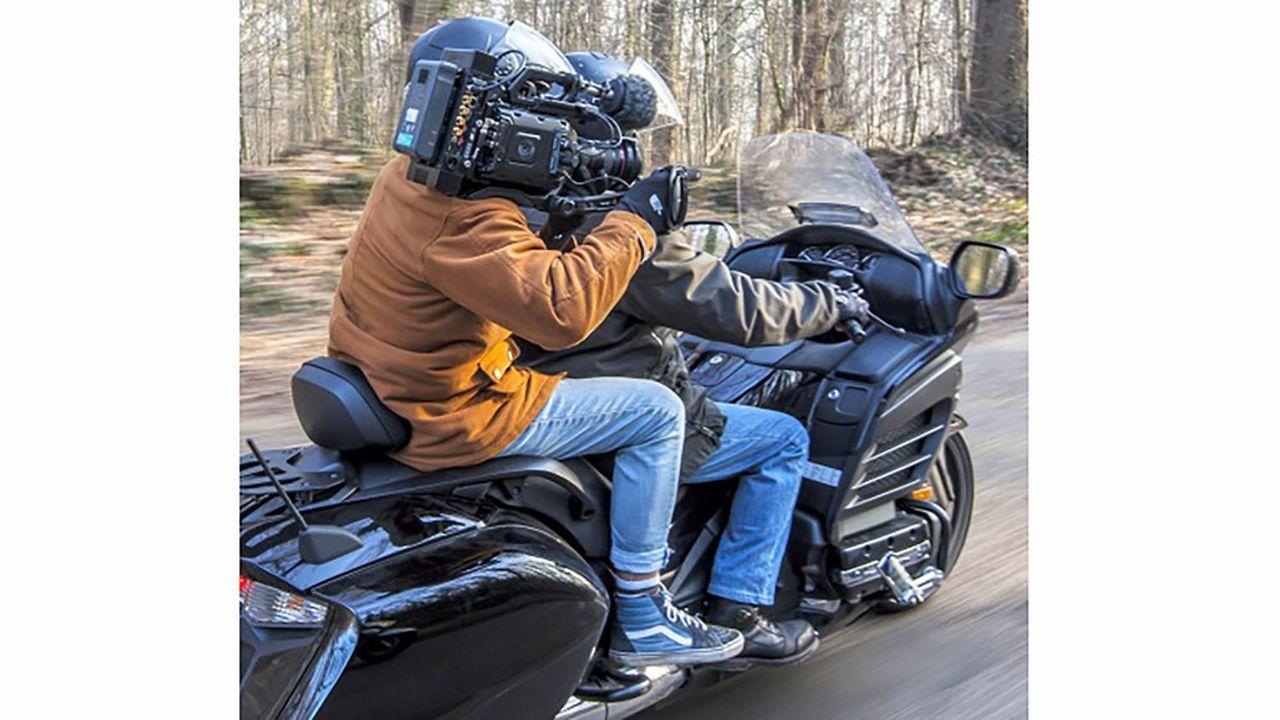 La solution de transmission vidéo d'Aviwest fonctionne quel que soit l'endroit où se trouve le reporter, sur une moto, dans une voiture ou au fond d'un immeuble.