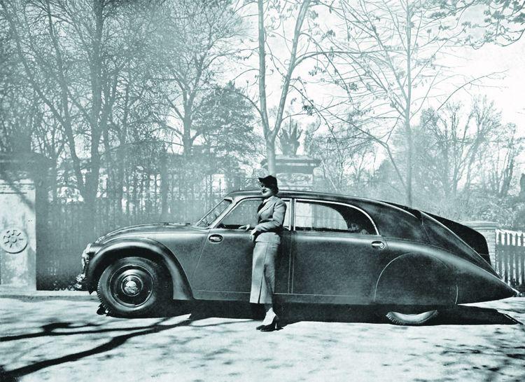 La Tatra 77 (1934), dont le fuselage est inspiré de celui des zeppelins.