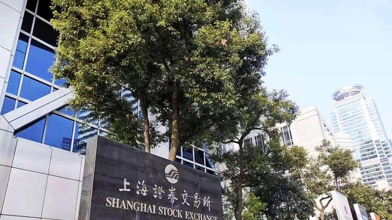 Coronavirus : les bourses chinoises plongent, l'économie à l'arrêt