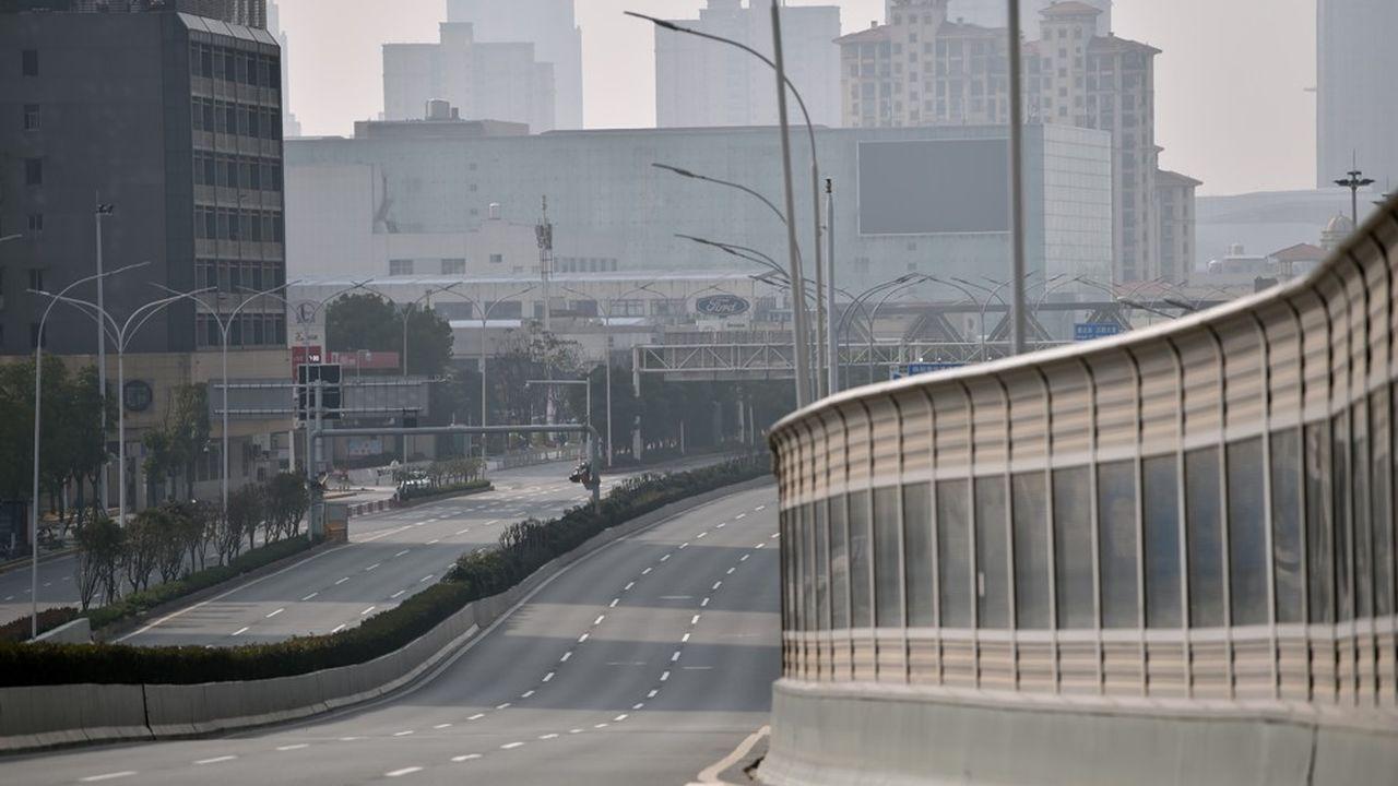 Le trafic routier (ici les routes désertes à Wuhan), d'habitude très élevé pendant les congés du Nouvel An lunaire, s'est effondré en Chine depuis le début de l'épidémie.