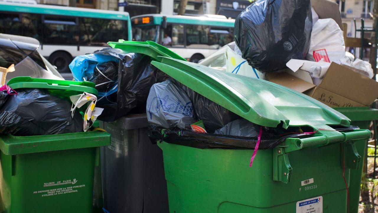 Les fours des incinérateurs étant à l'arrêt, la collecte des ordures est devenue impossible dans certains secteurs de Paris.