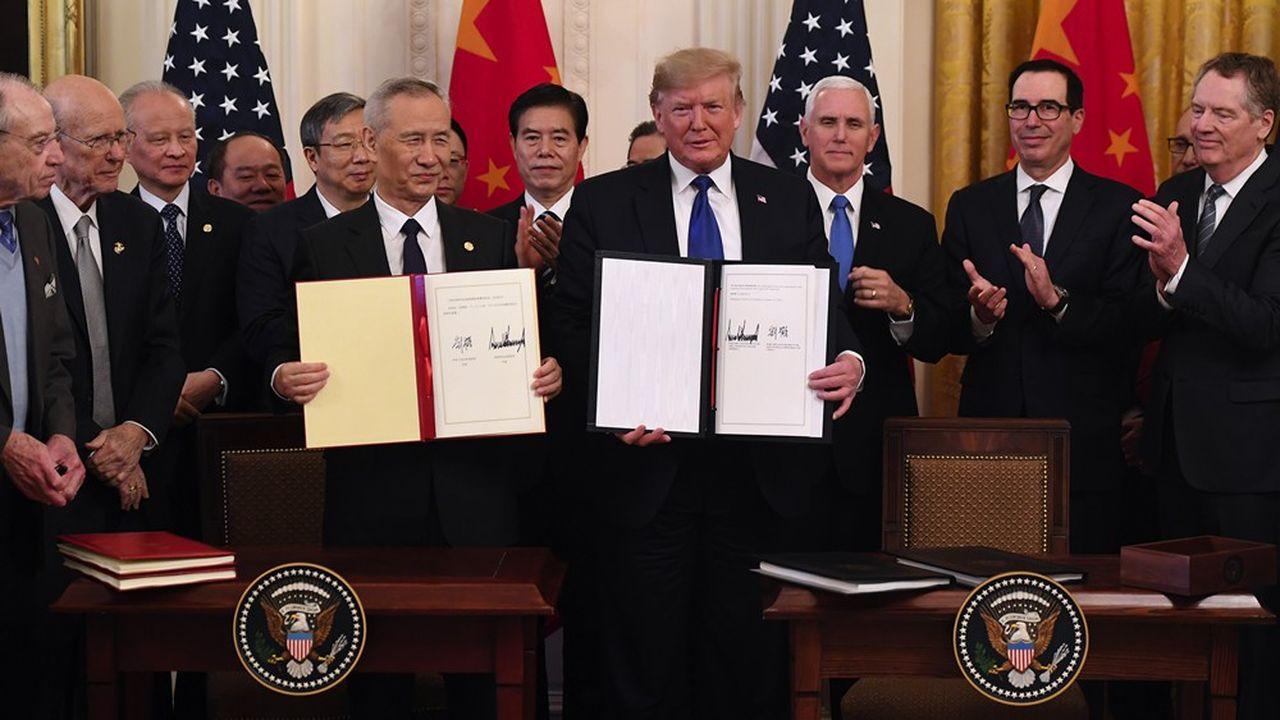 Le vice-président chinois, Liu He, et le président des Etats-Unis, Donald Trump, lors de la signature de l'accord commercial entre leurs deux pays le 15 janvier 2020.