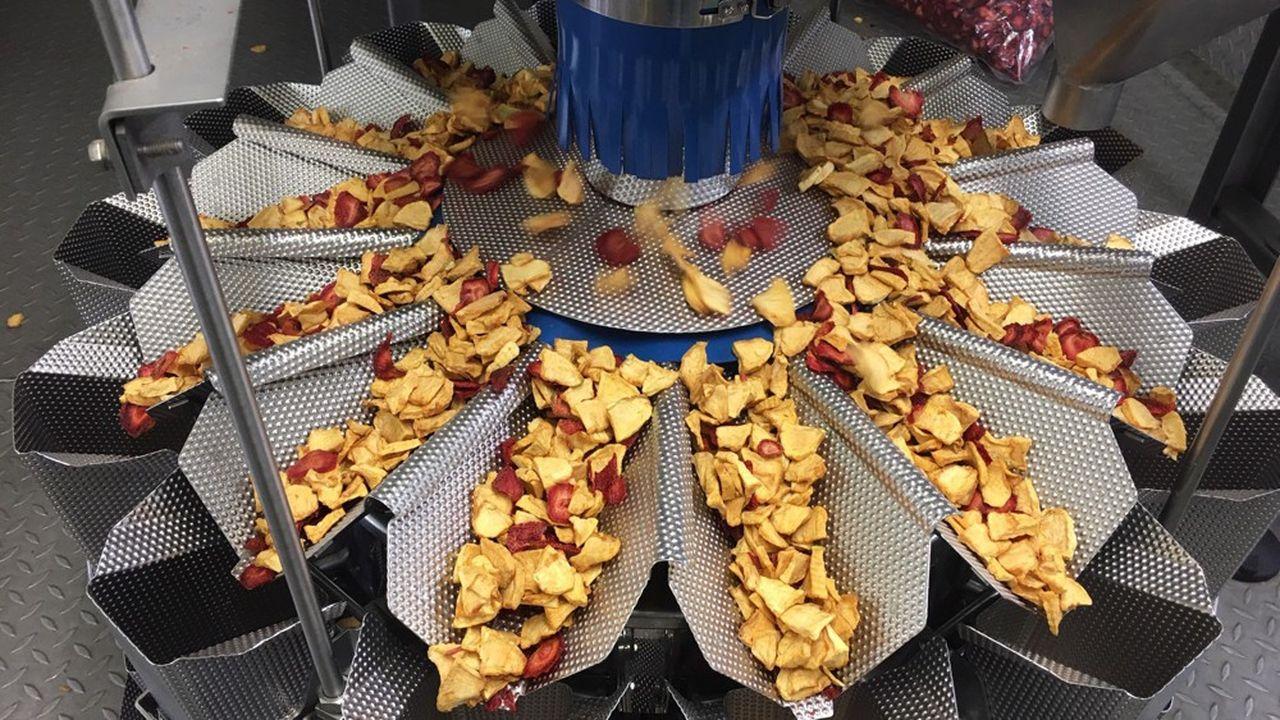 La PME Il Etait Un Fruit dispose d'une machine qui pèle, étrogne et tranche les fruits, au rythme de 50 à la minute.