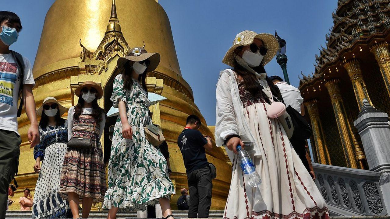 Les touristes en Thaïlande se déplacent sur les sites munis de masques. Chaque année, les Chinois dépensent 18milliards de dollars dans le Royaume.