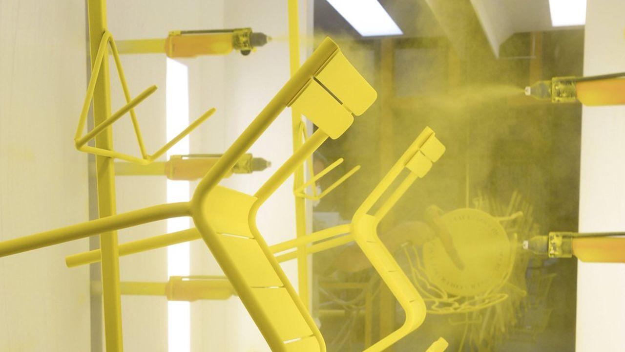 Chaise Luxembourg du designer Frédéric Sofia, sur la chaîne de peinture.