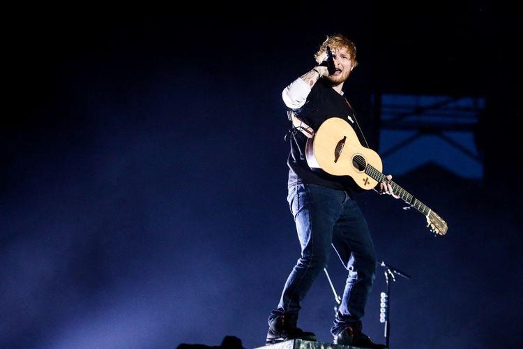 L'Anglais Ed Sheeran. Sa chanson Shape Of You a été le titre le plus streamé des années 2010.