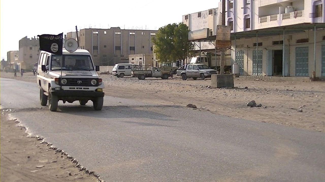 Des combattants d'Al Qaida parcourent les rues d'une ville du Yémen en donnant des ordres par haut-parleur aux habitants pour qu'ils se conforment à la charia sous peine de mort.