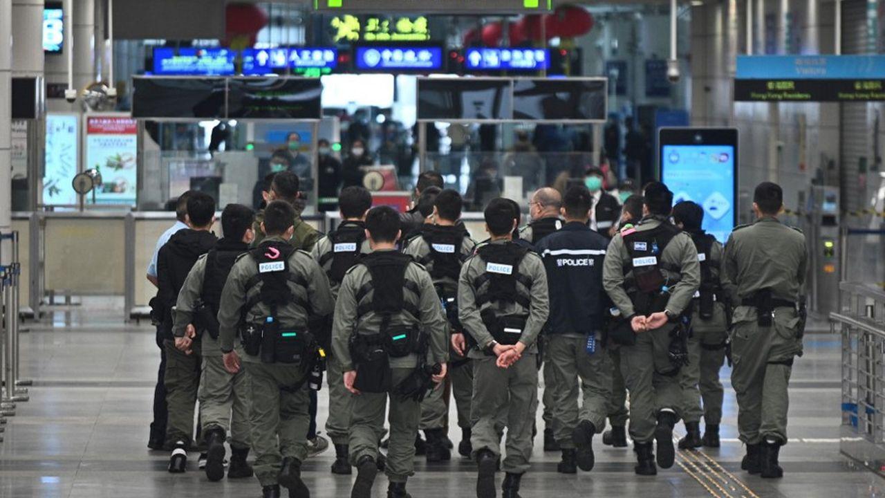 Hong Kong commence à imposer à son tour des mesures de quarantaine drastiques