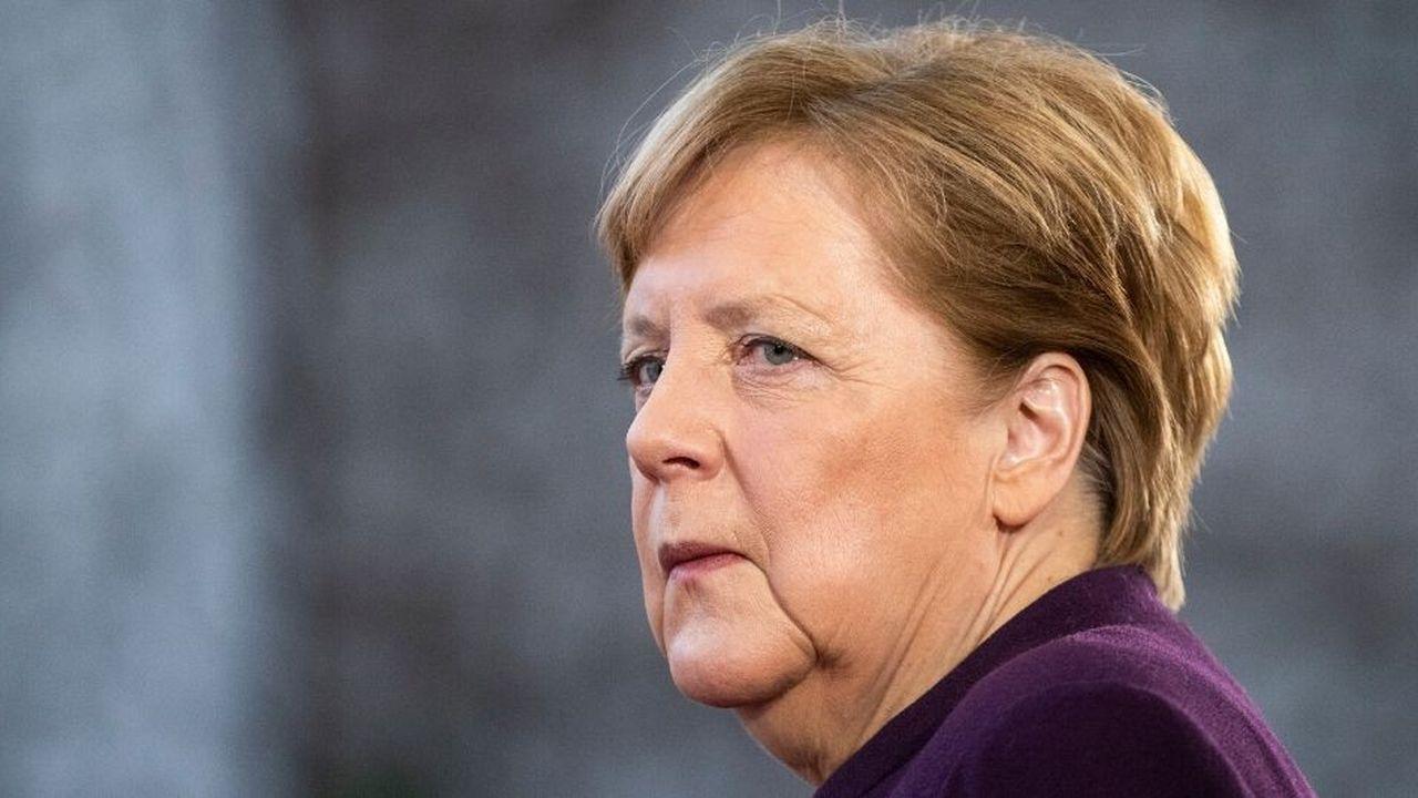 Face à la fébrilité des sociaux-démocrates qui menaçaient de quitter la coalition, Angela Merkel a affiché sa fermeté contre l'extrême droite et limogé un secrétaire d'Etat qui avait salué l'élection du ministre président de Thuringe mercredi avec le soutien de l'AfD et de la CDU.
